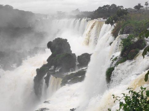Série de cascades du Cicruito superior des chutes d'iguazu argentines en Amérique du sud