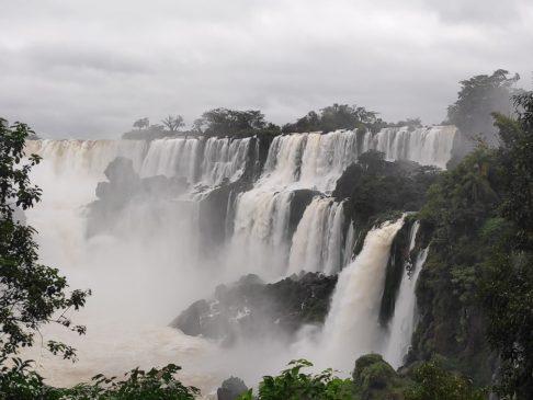 Circuito supérieur des chutes d'iguazu argentines en Amérique du sud