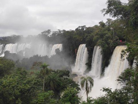 Cicruito superior des chutes d'iguazu argentines en Amérique du sud
