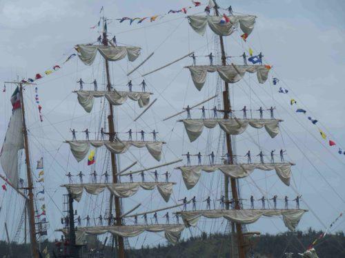 Marins debout sur les mâts d'un voilier