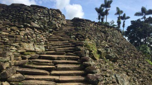 Escalier en pierre qui monte à la Cité perdue
