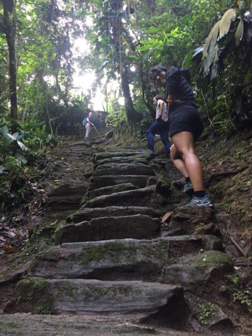 Escalier pentu en pierre