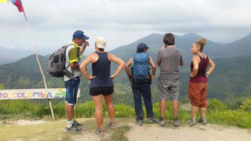 Groupe devant les montagnes