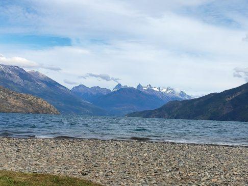 Montagnes au loin du Lago Puelo d'El Bolson