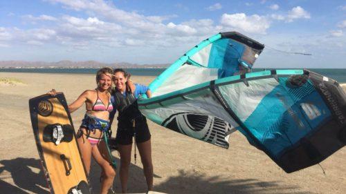 Tenant une voile de kitesurf sur la plage