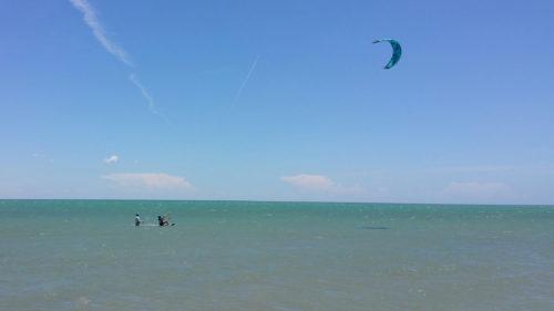 Moi et un prof dans l'eau apprenant le kitesurf
