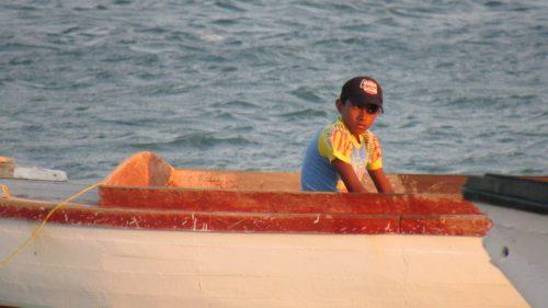 Enfant assis dans un bateau