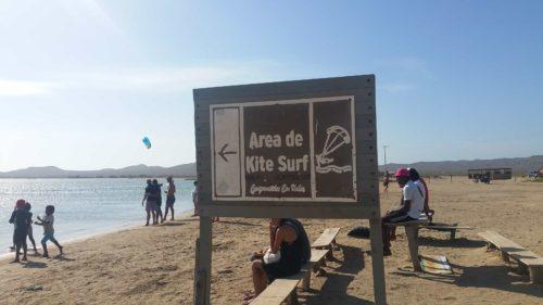 Panneau de zone de kitesurf sur la plage de Cabo de la Vela