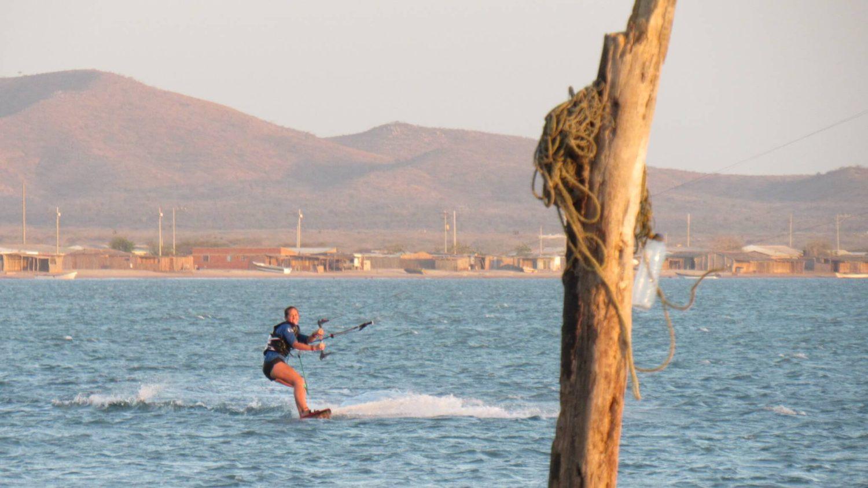 Faisant du kite-surf