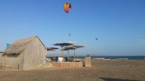 Paillote sur la plage t voile de kite surf