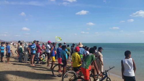 Groupe de personnes regaradant la mer