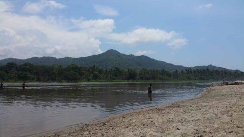 Personnes que se baigne dans la rivière