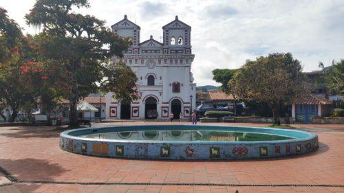 Église sur la place principale de Guatape