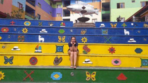 Moi sur un escalier décoré et coloré