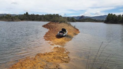 Kayak posé sur une bute de terre entourée du lac