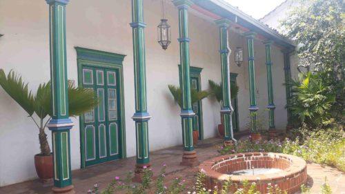 Bâtiment colonial et colones