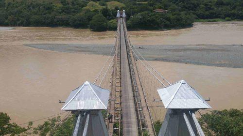 Pont au dessus d'un large fleuve