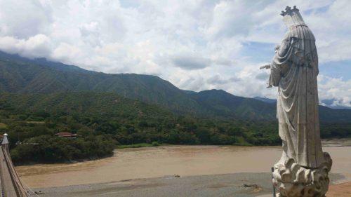 Statue surplombant le fleuve