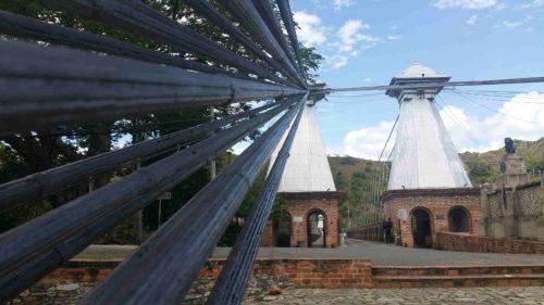 Cables maintenus par une tour