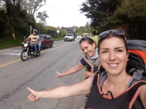Moi et Laetitia faisant du stop au bord de la route