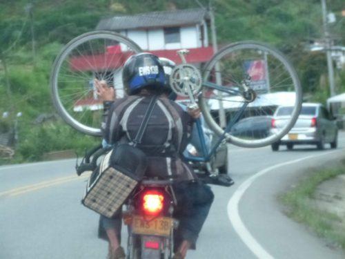 Vélo transporté sur une moto