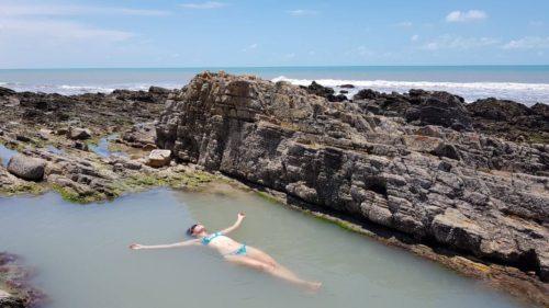 Dans une piscine naturelleentre les cailloux