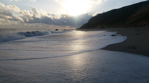 Écume arrivant sur la plage