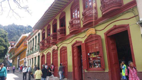 Rue aux façades colorées