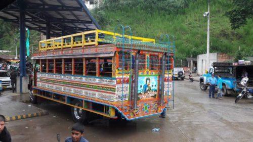 Bus local coloré stationné