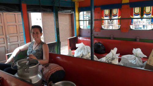À l'intérieur du bus avec des pots à lait