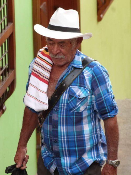 Homme agé portant un chapeau traditionnel blanc