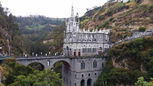 Vue sur la cathédrale de Las Lajas et le pont au dessus de la rivière