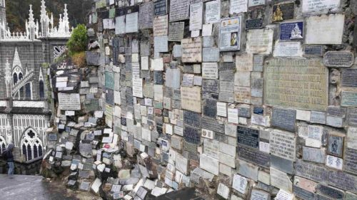 Mur constitué de laques funéraires
