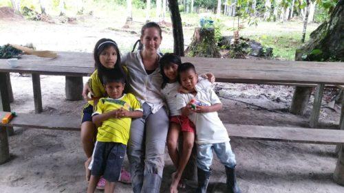 Avec les enfants de la communauté