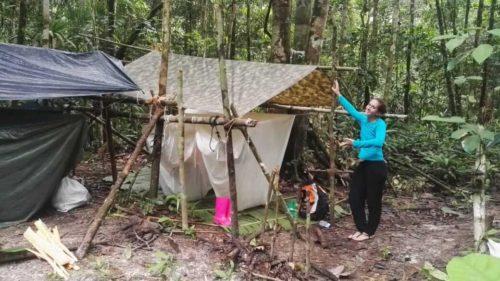 Campement de hamacs sous des baches