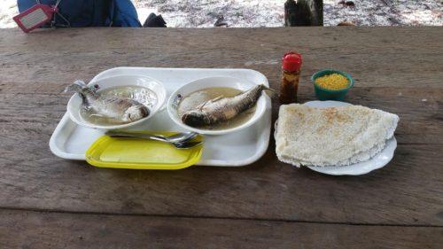 Repas de poisson entier et galette de kasabé