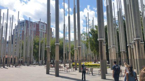 Pylones parsemés sur la place des lumières