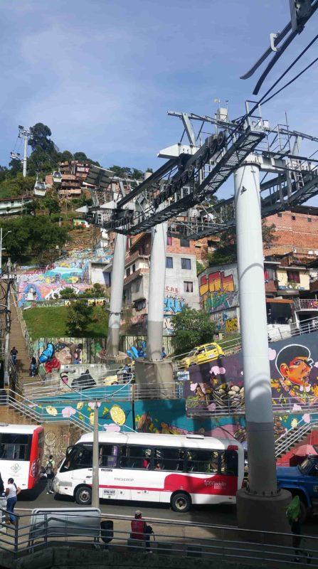 Pylones d'un téléphérique qui monte au dessus d'un quartier