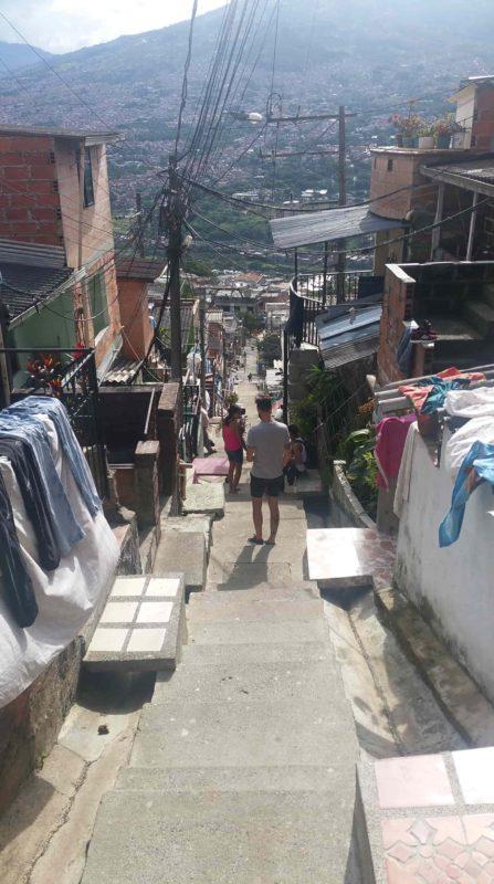 Jeans séchant le long d'un escalier