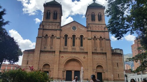 Façade de la cathédrale en brique de Medellin