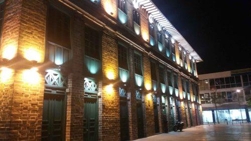 Bâtiment industriel illiminé de nuit