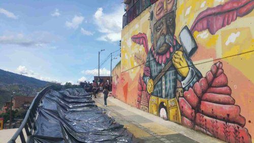 Grafitti et tobogan avec une bache en plastique
