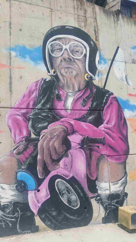 Grafitti d'un grand-mère sur une moto