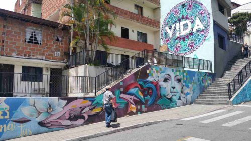 Rue parsemée de grafitti