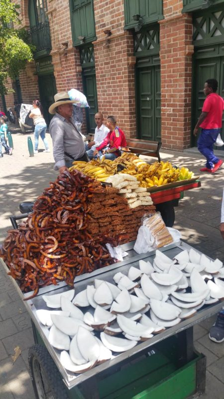 Vendeur de rue qui vend de la noix de coco et des bananes