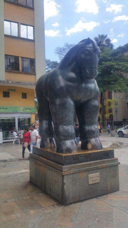 Statue d'un cheval de l'artiste Botero