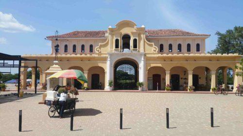 Bâtiment colonial avec des arcades