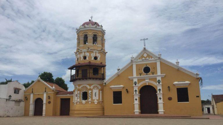 Jolie église disposant d'un clocher en forme de tour