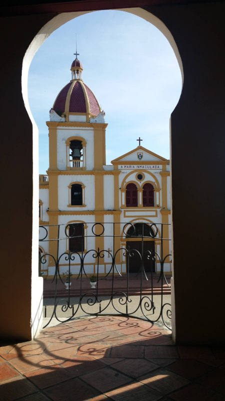 Église dans l'ouverture d'une voûte