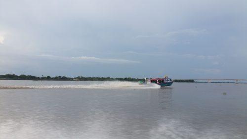 Bateau décollant de l'eau par sa vitesse sur une rivière